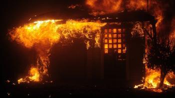 إنقاذ رجل حاصرته النيران ببطانية ..  فيديو