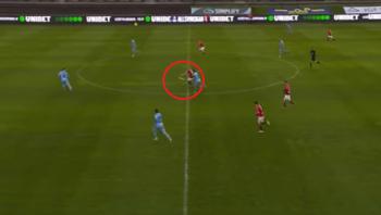 هدف عابر للقارات من نقطة منتصف الملعب في الدوري السويدي (فيديو)