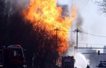 روسيا ..  فتاتان تضرمان النار في 200 طنا من القش لتصوير فيديو