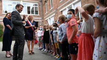 طفل فرنسي يسأل ماكرون: هل أنت بخير بعد الصفعة؟ (فيديو)
