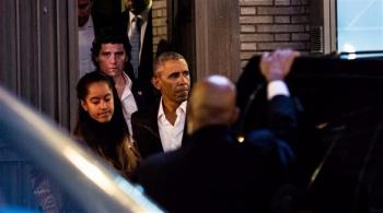 أوباما يحضر عرضاً مسرحياً مع ابنته (صور)