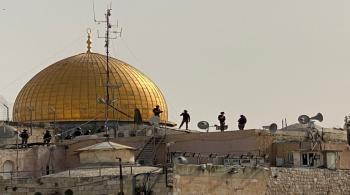 قوات الاحتلال تعتلي أسوار الأقصى وسطح المصلى القبلي وتخلي الحرم