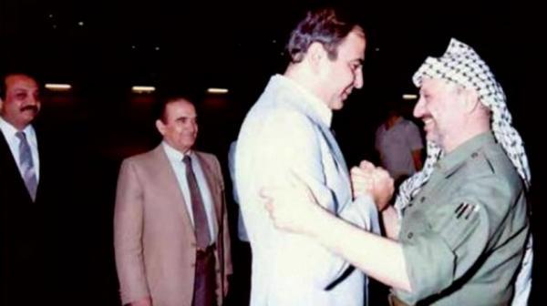 المصري مستقبلاً عرفات في مطار عمّان عام 1987