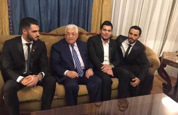 """عباس يلتقي المتنافسين على """"أراب ايدول""""  وسيحضر النهائي"""