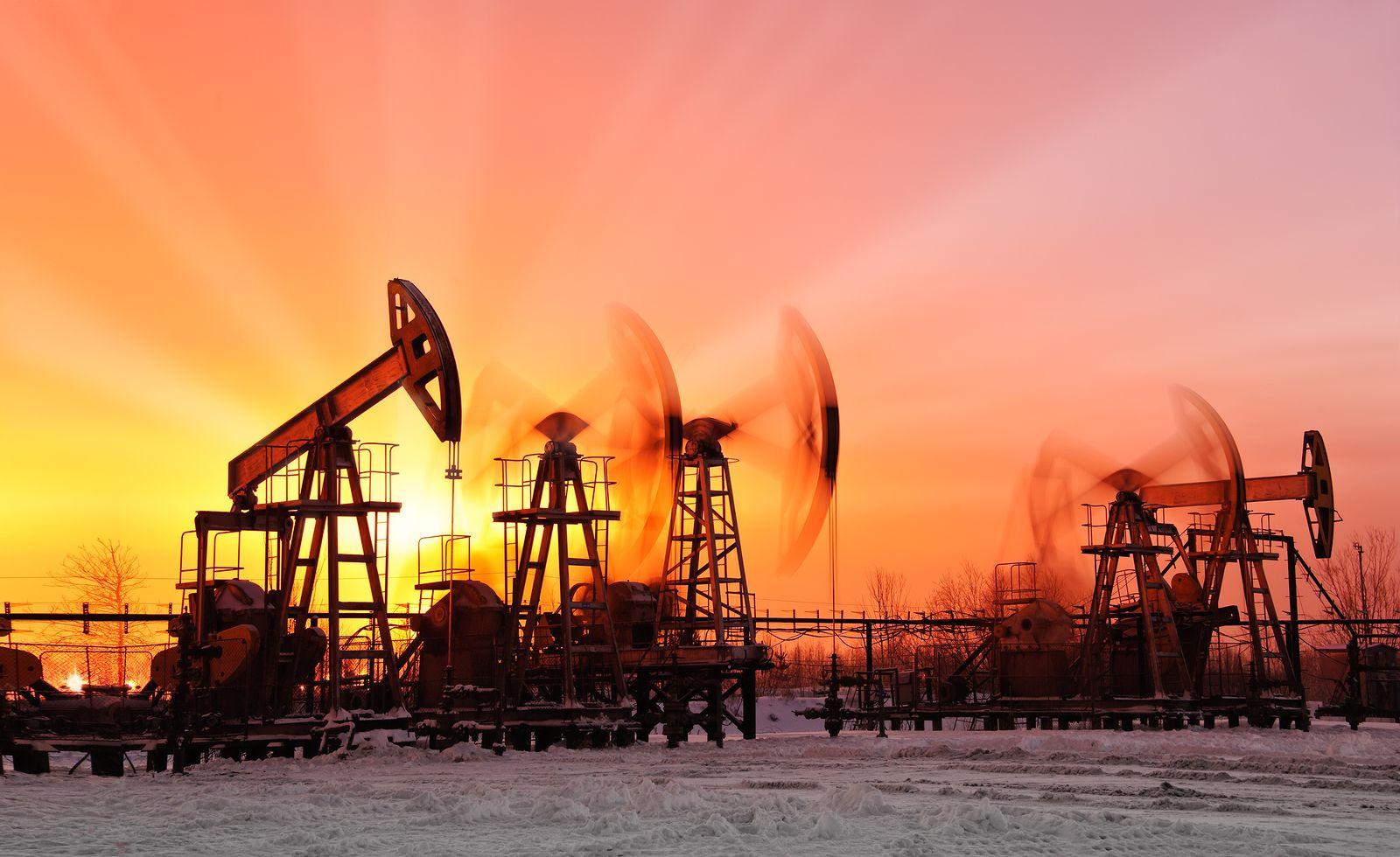 النفط ينزل عن قمة 8 أسابيع