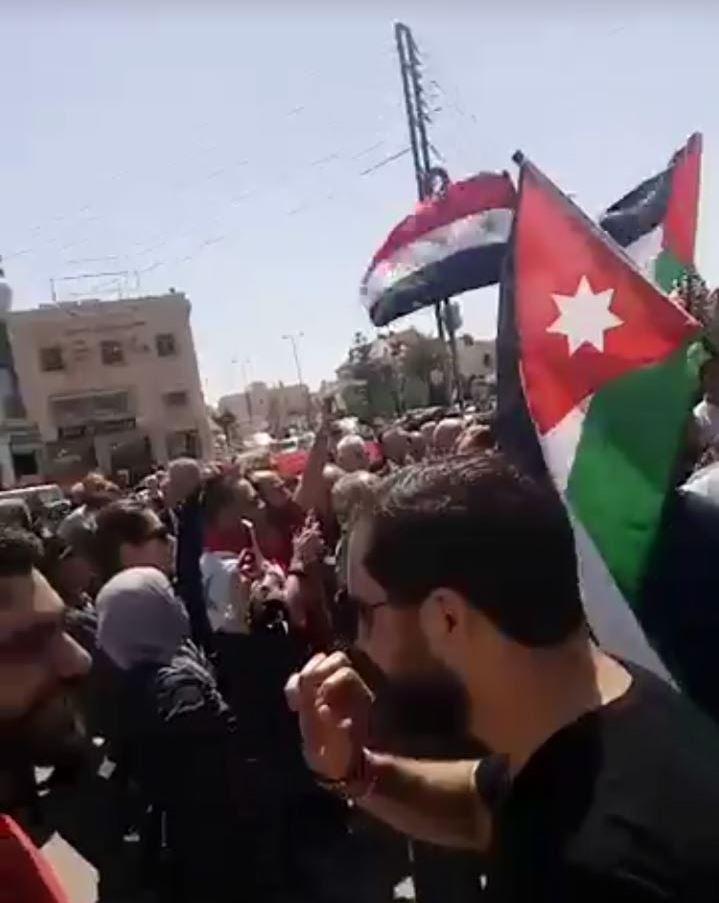 اردنيون يعتصمون امام السفارة الامريكية احتجاجا على العدوان الثلاثي