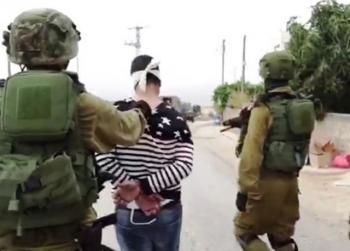 الاحتلال يعتقل شقيق منفذ عملية رام الله ويحطم منازل عائلته (صور)