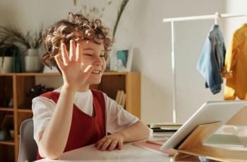 كيف تحولين طفلك مدمن الشاشات إلى مبرمج صغير؟