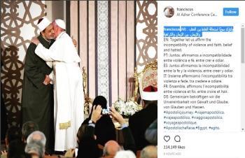 بماذا علق بابا الفاتيكان على صورته وهو يعانق شيخ الأزهر ؟
