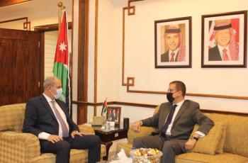 وزير الصناعة والتجارة يبحث مع السفير المصري تعزيز التعاون الاقتصادي