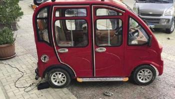اللاجئون السوريون يصنعون للمصريين سيارة كهربائية