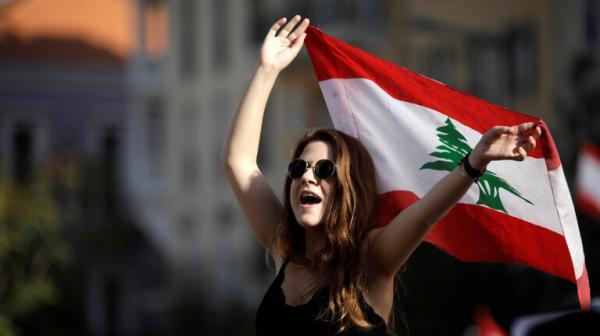 محتجة في لبنان