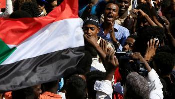 المتظاهرون يحتشدون أمام القصر الرئاسي بالخرطوم