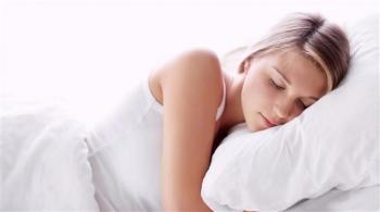 وضعيات النوم الخاطئة تهدد بشرتك بالتجاعيد