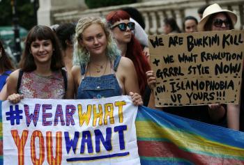 احتجاج نسائي على حظر البوركيني بفرنسا