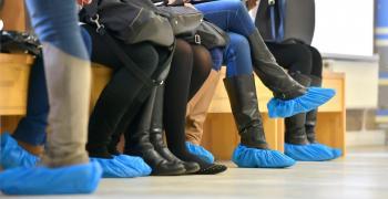 هل الأحذية تنقل كورونا؟ الصحة العالمية تجيب