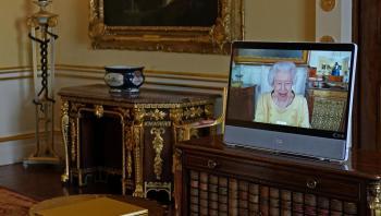 الملكة إليزابيث تمارس أولى مهامها بعد خروجها من المستشفى