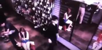 بالفيديو: رجل بلا انعكاس بالمرآة يثير الرعب في متجر