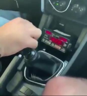 سائق تكسي يثير استياء مواقع التواصل