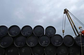 النفط يهبط دولارا للبرميل
