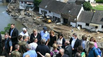 ميركل تعرب عن صدمتها من أضرار الفيضانات