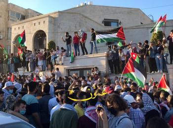 الآلاف امام السفارة الاسرائيلية: الشعب يريد تحرير فلسطين (فيديو)