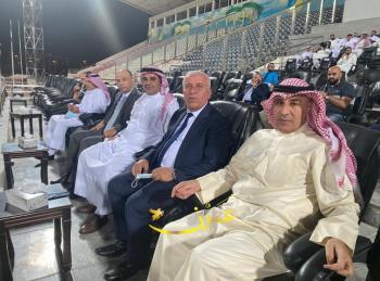 الديحاني يتابع مباراة الكويت الكويتي والسلط من الملعب