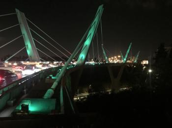 اضاءة جسر عبدون بالاخضر احتفالا باليوم الوطني السعودي