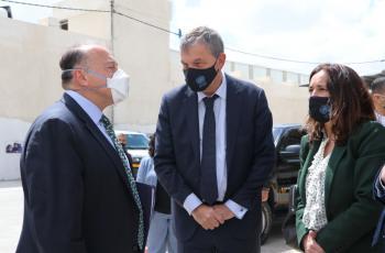 السفير الأمريكي لدى الأردن يزور المركز الصحي في البقعة بعد استئناف دعم بلاده للأونروا