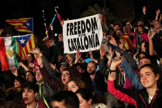 بالصور والفيديو: احتفالات في شوارع برشلونة بعد إعلان كتالونيا انفصالها عن إسبانيا