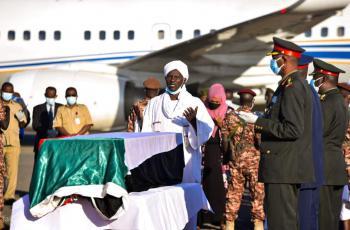 آلاف السودانيين يشيعون الصادق المهدي (صور)