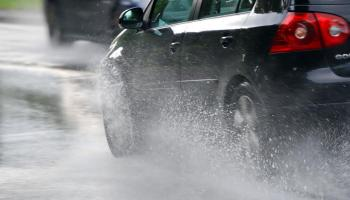 الدوريات الخارجية: تجنبوا التصوير خلال القيادة عند هطول الأمطار