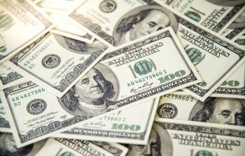 الدولار يتراجع في جلسة متقلبة
