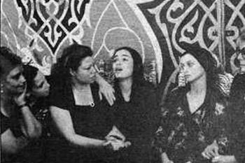 صورة عمرها 40 عاماً تكذب ادعاءات شقيق الفنان عمر خورشيد