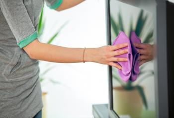 خطوات لتنظيف شاشة التلفاز المسطحة
