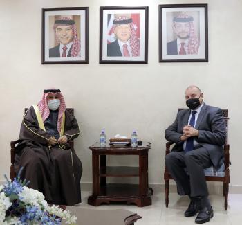 العودات يلتقي السفير الكويتي ويؤكد تطابق مواقف البلدين