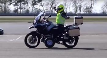 سقوط راكب دراجة نارية بعد محاولة صعود منحدر ..  فيديو