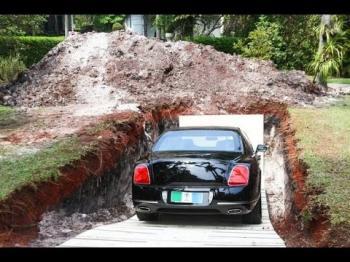 هل دفن رجل غني سيارته الفاخرة ليقودها بعد موته؟