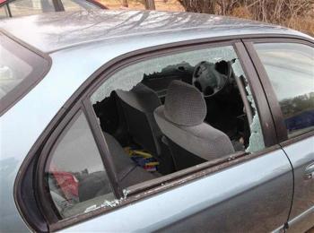 القبض على فتاة مشتبه بتحطيمها زجاج 16 مركبة في إربد