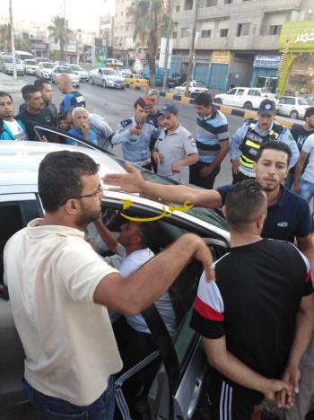 شاب يعتدي على والده المسن بالشارع العام في الزرقاء