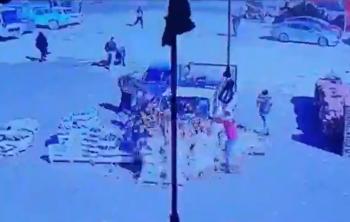 مركبة تقتحم محلا في سوق إربد المركزي وسط مشاجرة كبيرة (فيديو)
