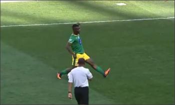 لاعب ينال بطاقة صفراء بسبب مراوغة عجيبة