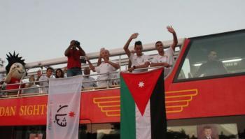 الجماهير تحتفي بالبطل أبو غوش القادم على حافلةجت
