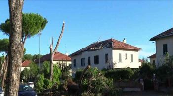 بالفيديو ..  زوبعة تدمّر أسطح منازل في توسكانا الإيطالية