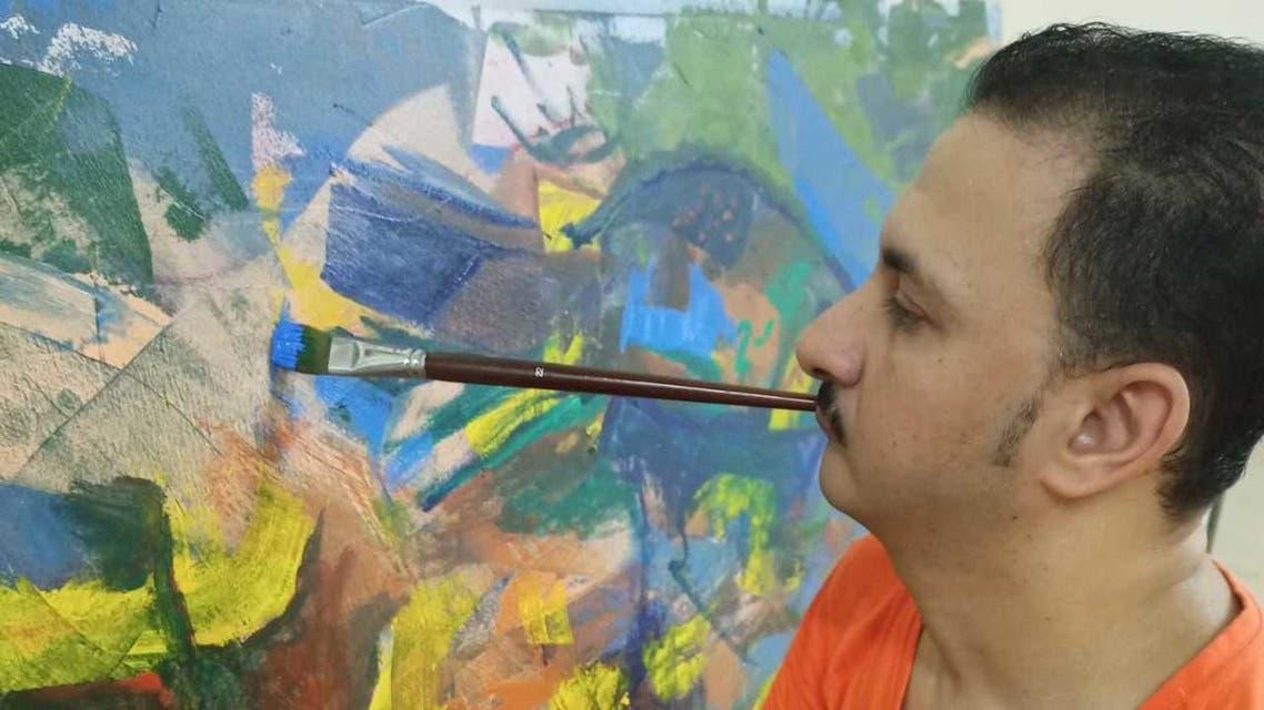 يحلم بالعالمية ..  فنان تشكيلي مصري يرسم بالفم والقدم