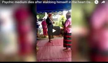 بالفيديو: وسيط روحاني يطعن نفسه حتى الموت أمام الجمهور