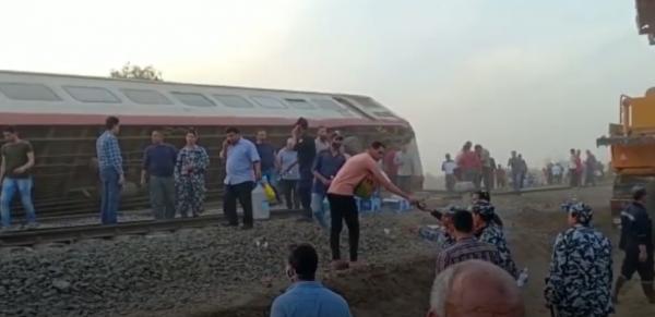 الأهالي يوزعون وجبات إفطار الصائمين على ركاب قطار طوخ في مصر