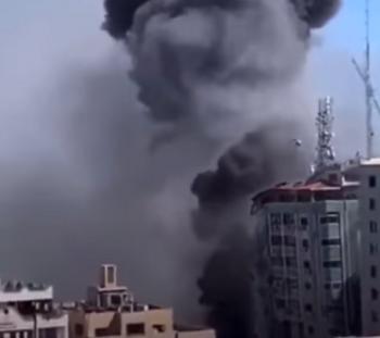 طائرات الاحتلال تدمر برج الجلاء وسط مدينة غزة