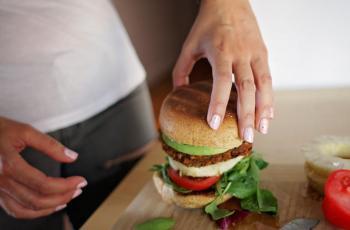 6 أطعمة تجنب تناولها في وجبة العشاء