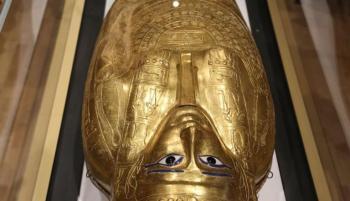 كيم كارداشيان تعيد تابوتا ذهبيا إلى مصر